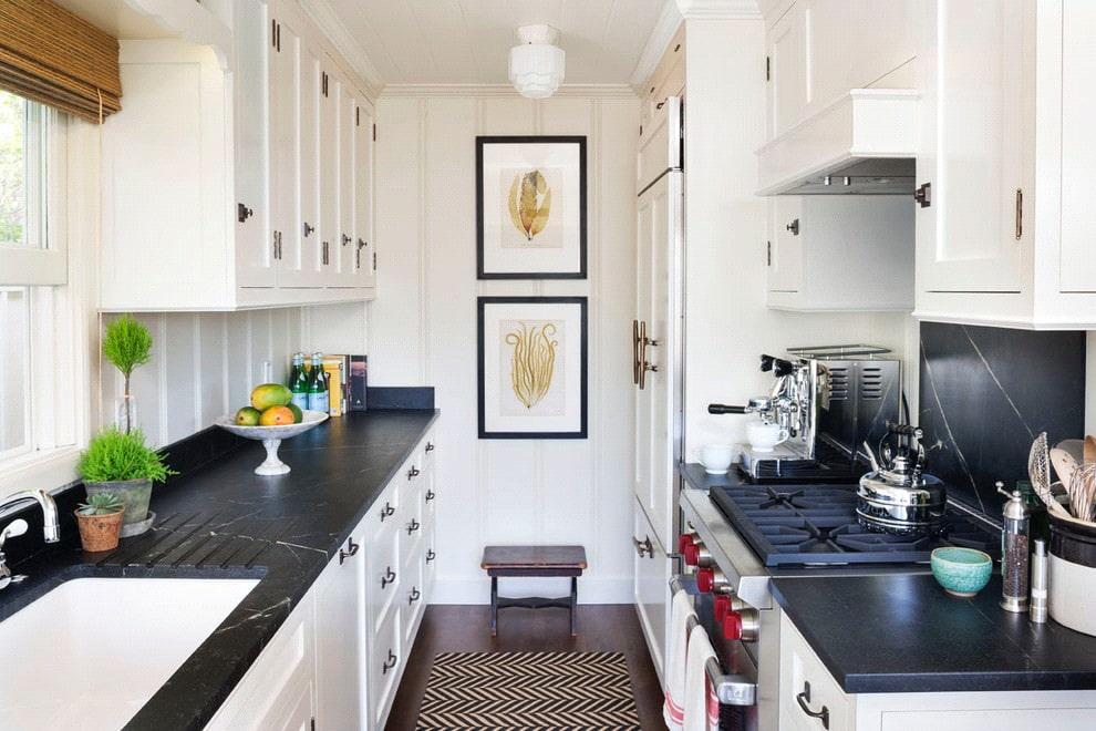 белая кухня с чёрной столешницей из камня