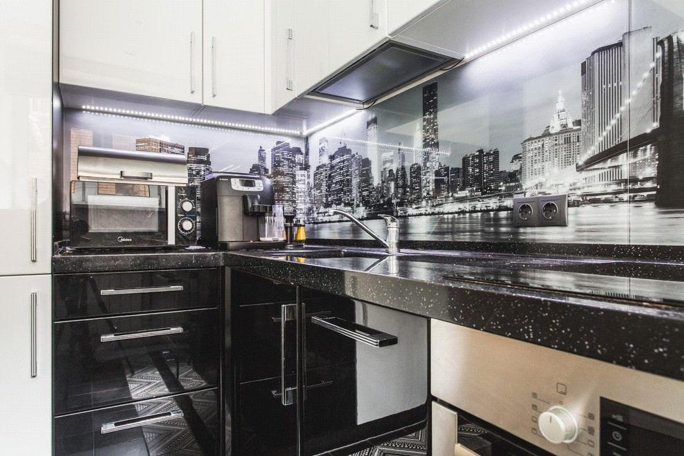 белая кухня с чёрной столешницей из керамогранита