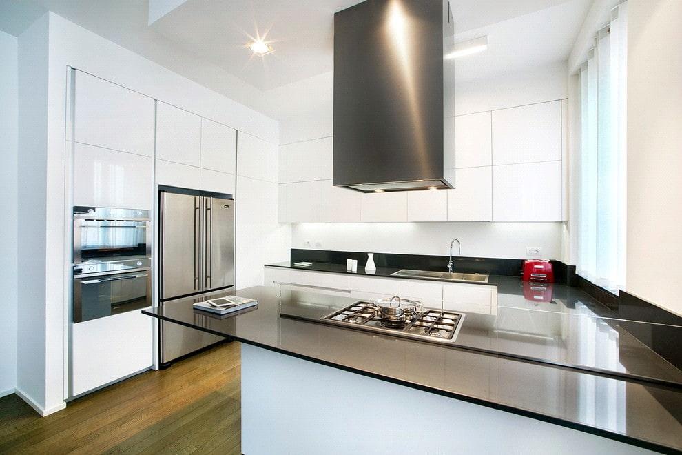 белая кухня с чёрной столешницей из стекла