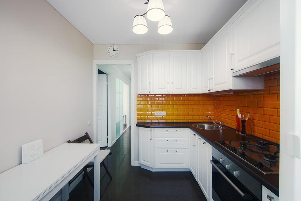 белая кухня с чёрной столешницей оформление