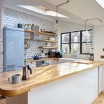 белая кухня с деревянной столешницей фото декора