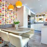 белая кухня с деревянной столешницей декор идеи