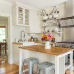 белая кухня с деревянной столешницей идеи декор