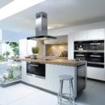 белая кухня с деревянной столешницей идеи декора