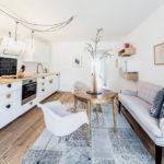белая кухня с деревянной столешницей интерьер