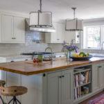 белая кухня с деревянной столешницей интерьер фото