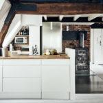 белая кухня с деревянной столешницей фото интерьер