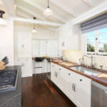 белая кухня с деревянной столешницей фото интерьера