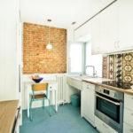 белая кухня с деревянной столешницей интерьер идеи