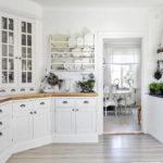 белая кухня с деревянной столешницей идеи интерьер