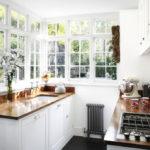 белая кухня с деревянной столешницей фото дизайн