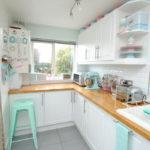 белая кухня с деревянной столешницей идеи интерьера