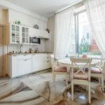 белая кухня с деревянной столешницей оформление