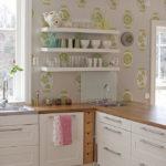 белая кухня с деревянной столешницей оформление фото