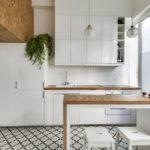 белая кухня с деревянной столешницей фото оформление