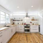 белая кухня с деревянной столешницей фото оформления