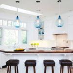 белая кухня с деревянной столешницей оформление идеи
