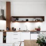 белая кухня с деревянной столешницей идеи оформление