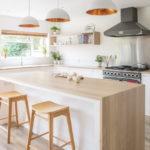 белая кухня с деревянной столешницей идеи оформления