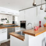 белая кухня с деревянной столешницей варианты