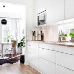 белая кухня с деревянной столешницей варианты фото