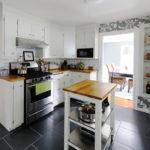 белая кухня с деревянной столешницей фото дизайна
