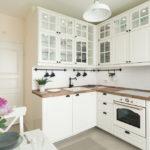 белая кухня с деревянной столешницей фото вариантов