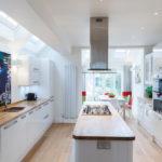 белая кухня с деревянной столешницей варианты идеи