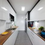 белая кухня с деревянной столешницей фото виды