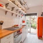 белая кухня с деревянной столешницей фото
