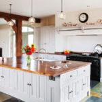 белая кухня с деревянной столешницей идеи