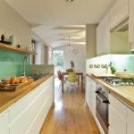 белая кухня с деревянной столешницей фото идеи