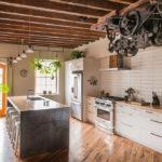 белая кухня с деревянной столешницей дизайн