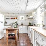 белая кухня с деревянной столешницей декор