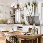 белая кухня с деревянной столешницей декор фото