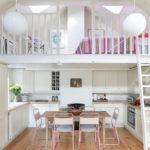 белая кухня с деревянной столешницей фото декор