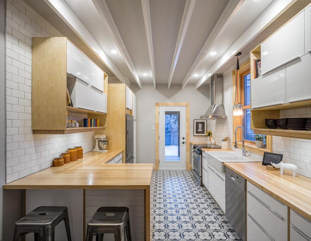 белая кухня с деревянной столешницей дизайн фото