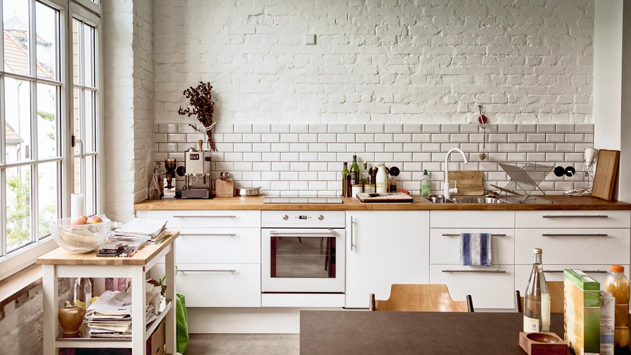 белая кухня с деревянной столешницей дизайн идеи