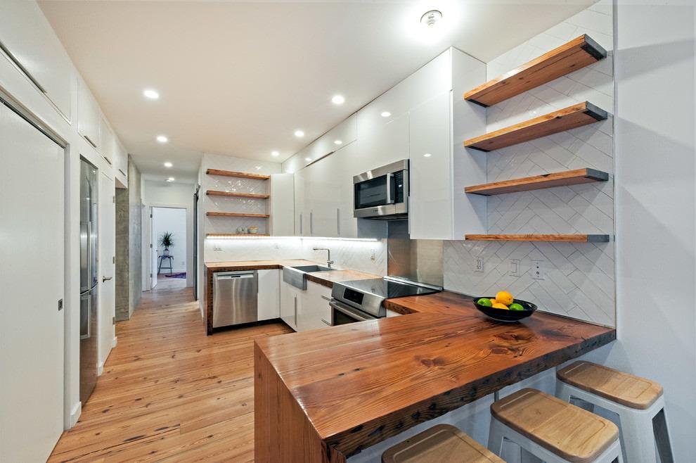белая кухня с деревянной столешницей дизайн интерьера