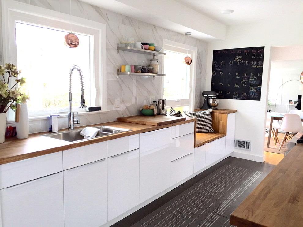белая кухня с деревянной столешницей глянцевая