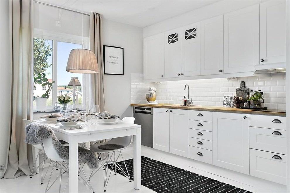 белая кухня с деревянной столешницей идеи дизайн