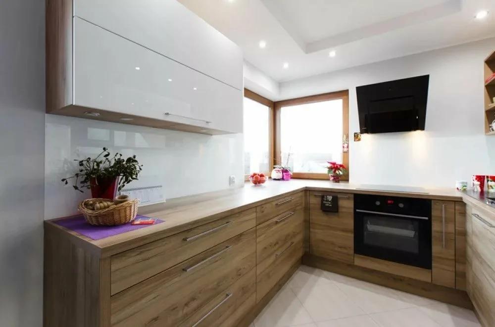 белая кухня с деревянной столешницей идеи дизайна