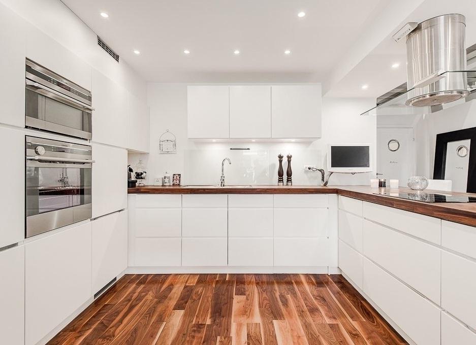 белая кухня с деревянной столешницей идеи фото