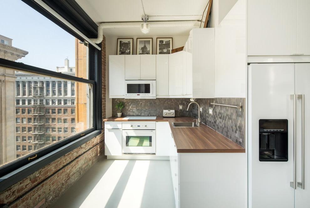 белая кухня с деревянной столешницей лофт