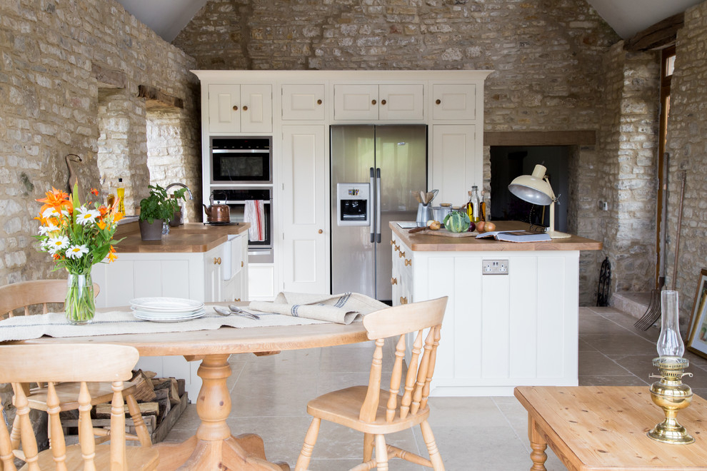 белая кухня с деревянной столешницей рустик