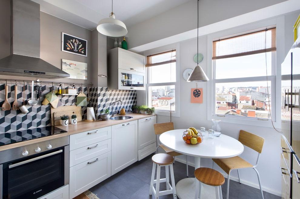 белая кухня с деревянной столешницей современная