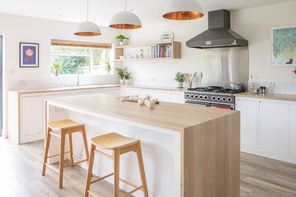 белая кухня с деревянной столешницей скандинавский