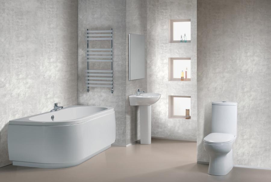 белая ванная комната с декоративной штукатуркой