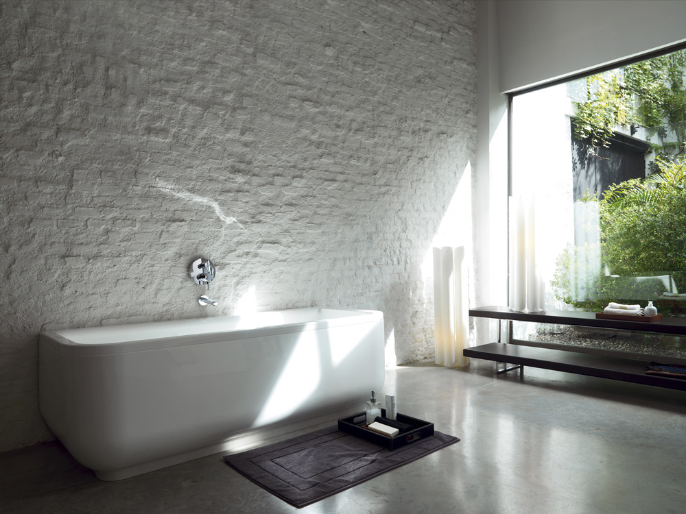 белая ванная комната с декоративным камнем