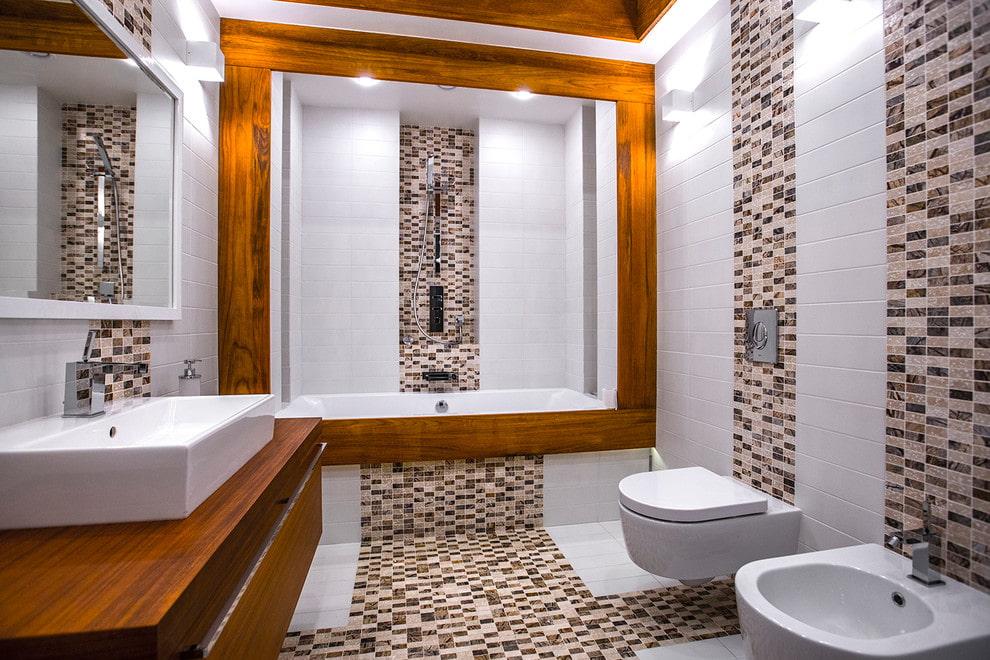 белая ванная комната с коричневым